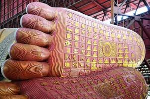 fotavtryck av chauk htat gyi lutande buddha-bild foto