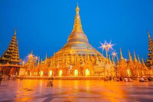 shwedagon den gyllene pagoden upplyst på kvällen i yangon foto