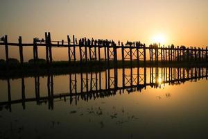 solnedgång i u bein bridge, myanmar foto