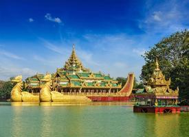 karaweik pråm vid kandawgyi sjön, yangon, myanmar