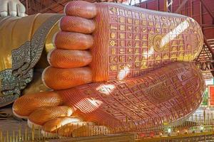 fotavtryck av chauk htat gyi lutande buddha foto