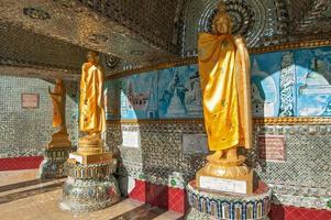 buddha staty runt kaba aye pagod i rangoon, myanmar foto