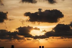 svart molnig gyllene himmel foto