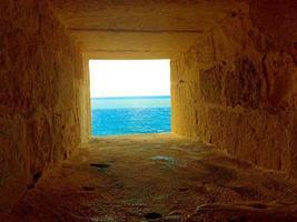 hål för att titta på och slå mot fiendernas skepp. Qaitbay citadell foto