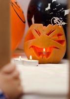 pumpa med ljus på halloween foto