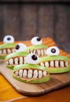 läskiga halloween mat monster hälsosamma naturliga mellanmål godis för fest foto