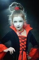liten flicka klädd som en vampyr gotisk halloween foto