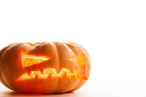 enda halloween pumpa. skrämmande jack o'lantern ansikte foto