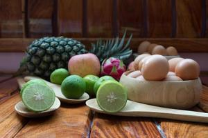 frukt, ananas, äpple, citron, tillsammans med färska från gården. foto