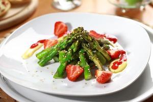karamelliserad sparris med jordgubbar foto