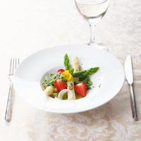 hälsosam jordgubbar och sparris sallad foto