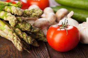 färska grönsaker på ett träbord foto