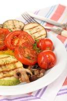 läckra grillade grönsaker på plattan på tabell närbild foto