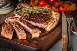 nötköttbiffar med grillade grönsaker och smaksättning foto