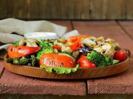 förrätt av grillade grönsaker (paprika, sparris, zucchini, broccoli)