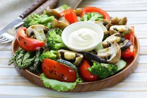 förrätt av grillade grönsaker (paprika, sparris, zucchini, broccoli) foto
