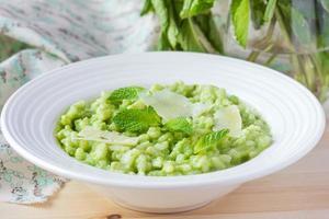 grön italiensk risotto med ärtor, mynta, krispig, välsmakande