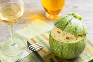 zucchini fylld med risotto foto