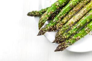 glaserade gröna sparris foto