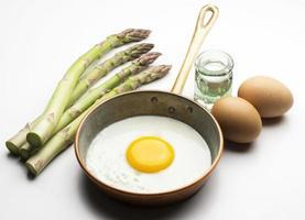 ägg med sparris foto