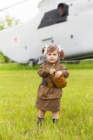 liten flicka i en militär uniform foto