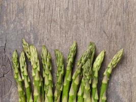 resh grön sparris på gammalt träskiva, foto