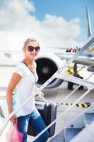kvinnlig passagerare som går ombord på ett flygplan foto