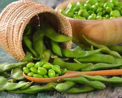 gröna sojabönor i korgen på bordet foto