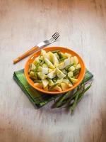 potatissallad med gröna bönor och kokta ägg foto