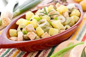 gryta med kyckling, potatis, bönor, rosmarin, grön lök foto
