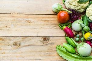 grönsaker och frukter på träbakgrund foto
