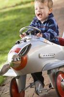 ung pojke som leker utomhus i flygplan foto