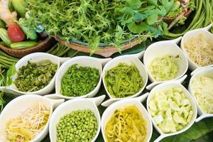 närbild av en sallad med färska grönsaker foto
