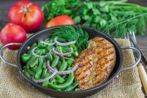 grillad kycklingbröst och gröna bönor