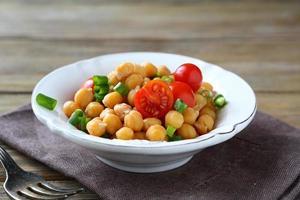 kikärter med grönsaker i en skål foto