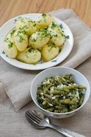 marinerade gröna bönor och kokta potatis foto