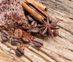 sammansättning av chokladgodis, kakao, kryddor och kaffebönor o foto