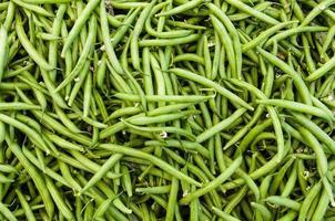 färska bönor som visas på bondens marknad foto