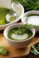 färsk soppa med selleri foto