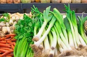 färska grönsaker på marknaden foto