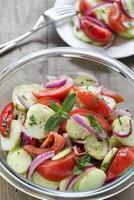 färsk frisk tomat- och gurksallad foto