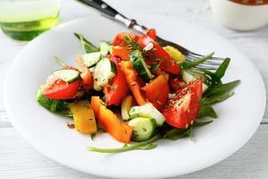 färsk sallad med tomater, gurkor och ruccola