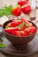 tomatsallad med basilika, svartpeppar och vitlök foto