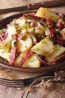sallad med kokta potatis med salami och dill vertikalt foto