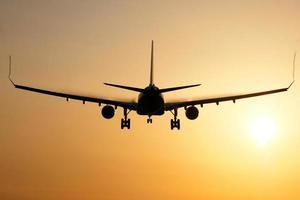 landning av flygplanets soluppgång foto