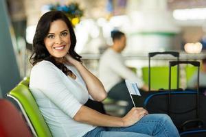 ung kvinna på flygplatsen som väntar på sin flygning foto