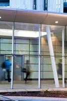 oskärpa rörelse människor i rusningstid flygplats & järnvägsstation foto