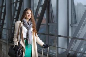 flicka är på resande fot med en resväska foto