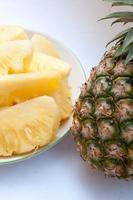 maträtt med skivor av ananas på en vit bakgrund. foto