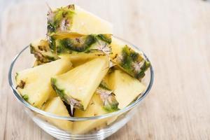 ananasskivor i en skål foto